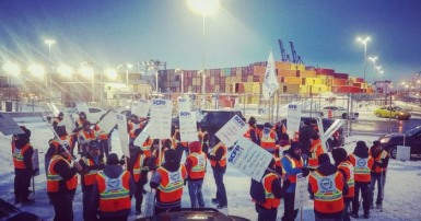 SCFP 375 workers on strike at the Port of Montreal